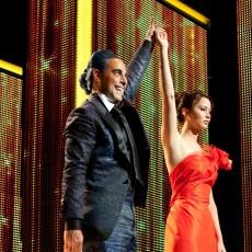 Caesar Flickerman (Stanley Tucci) e Katniss Everdeen (Jennifer Lawrence) em Jogos Vorazes