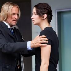 Woody Harrelson como Haymitch e Jennifer Lawrece como Katniss em Jogos Vorazes