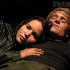 "Katniss Everdeen e Peeta Mellark na caverna em ""Jogos Vorazes"""