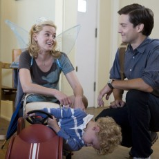 Elizabeth Banks e Tobey Maguire em The Details