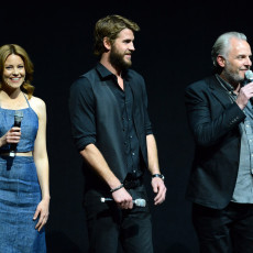 Elizabeth Banks, Liam Hemsworth e Francis Lawrence na CinemaCon 2013