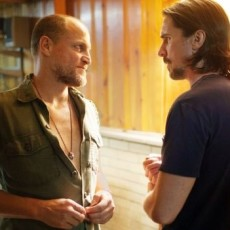Woody Harrelson e Christian Bale em Out of the Furnace