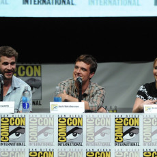 Liam Hemsworth, Josh Hutcherson e Jennifer Lawrence na Comic-Con 2013