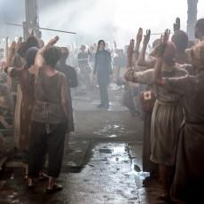 Katniss Everdeen no Distrito 8 em A Esperança: Parte 1